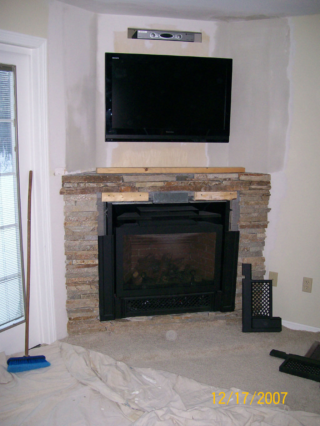 Decorate your home with a corner fireplace mantel for Corner fireplace plans