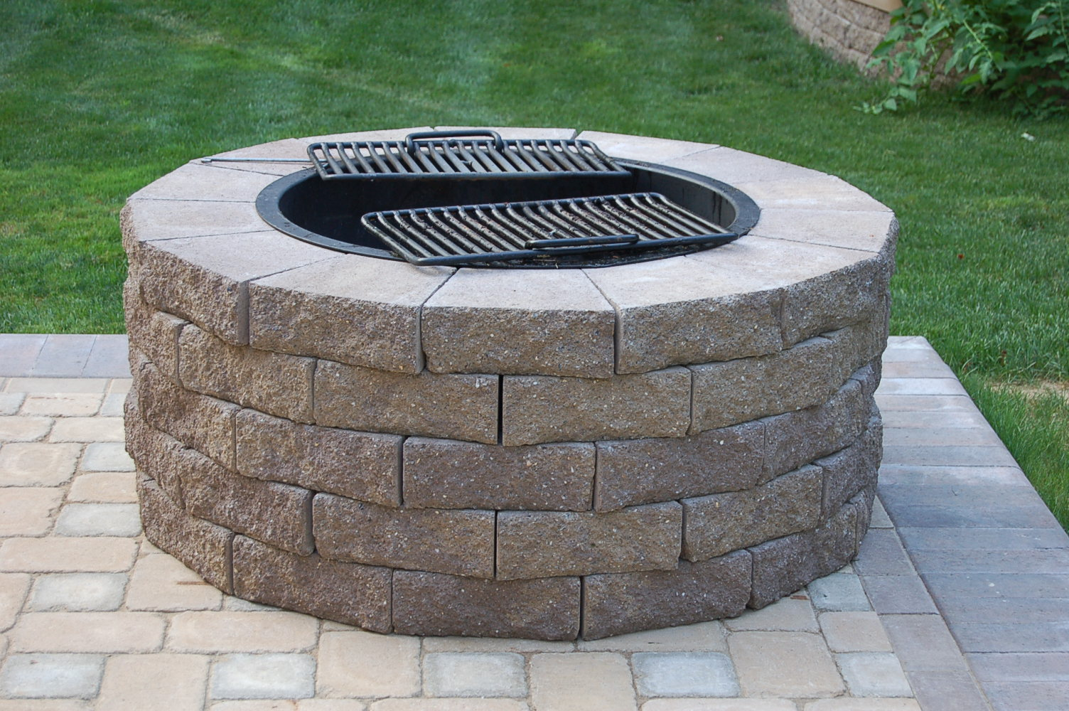 Fire pit cooking grate fireplace design ideas for Easy diy fire pit with grill